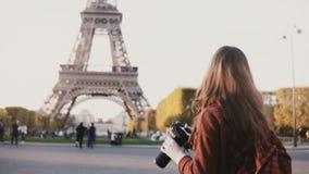 为埃佛尔铁塔照相的旅行的少年在巴黎,照相机的法国,享受美丽的景色 股票视频