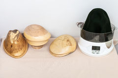 为塑造做的木帽子块呢帽 库存照片