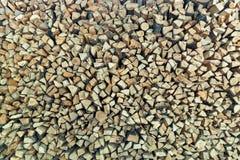 为壁炉准备的堆被堆积的木柴 库存照片