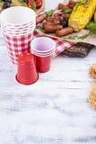 为夏天午餐和玉米烤的,香肠 健康的食物 在白色背景的开胃菜 复制空间 免版税库存照片