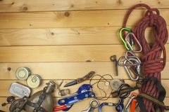为夏天野营做准备 为一次史诗冒险需要的事 野营的设备销售  库存图片