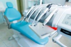为好的不同的专业牙科工具与患者一起使用 库存照片
