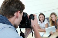 为妇女模型照相的摄影师 免版税库存照片