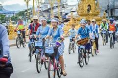 为妈妈活动骑自行车在清莱,泰国 图库摄影