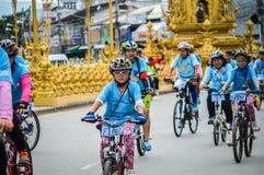 为妈妈活动骑自行车在清莱,泰国 库存图片