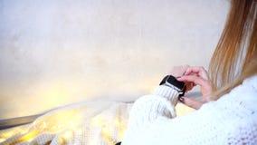 为娱乐使用现代小配件巧妙的手表和测试在双桅船 库存照片