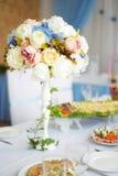 为婚礼聚会布置的美丽的装饰的桌 与花的婚礼装饰 免版税库存照片