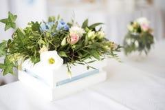 为婚礼聚会布置的美丽的装饰的桌 与花的婚礼装饰 免版税库存图片