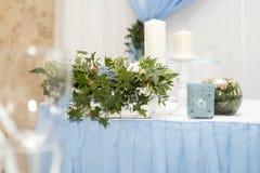 为婚礼聚会布置的美丽的装饰的桌 与花的婚礼装饰 库存照片