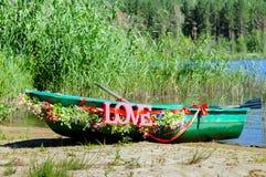 为婚礼装饰的小船 免版税库存图片