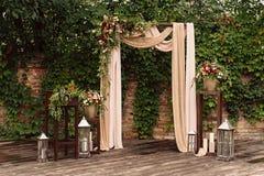 为婚礼,装饰的布料花绿叶成拱形, 免版税图库摄影