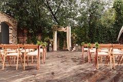 为婚礼,装饰的布料花绿叶成拱形, 免版税库存图片