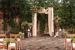 为婚礼,装饰的布料花绿叶成拱形, 免版税库存照片