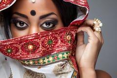 为婚姻装饰的异乎寻常的印地安新娘 库存图片