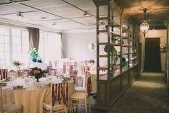 为婚姻装饰的宴会大厅的看法 免版税库存图片