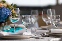 为婚姻设定的高雅桌在绿松石 库存照片