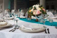 为婚姻设定的高雅桌在绿松石 免版税库存图片