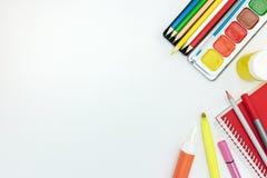 为学校的绘画工具白色书桌背景的 库存图片