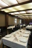 为客户准备的空的餐馆 免版税库存图片