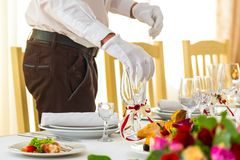 为宴会做准备 侍者在宴会桌安置玻璃 宴餐开始 库存照片