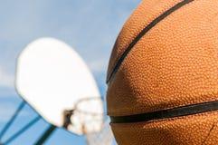 为射击篮球关闭上升  库存图片
