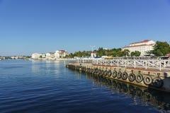 为小船和轮渡靠码头在火炮海湾 免版税图库摄影