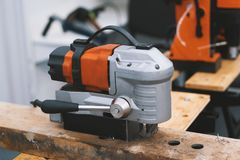 为工作的工业工具在woodshop -机器看见了 免版税图库摄影