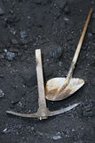 为开采的老工具煤炭 库存图片