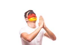 为德国祈祷 德国足球迷为国家队祈祷 免版税库存照片