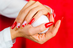 为您意想不到的圣诞节装饰的红色钉子 免版税图库摄影