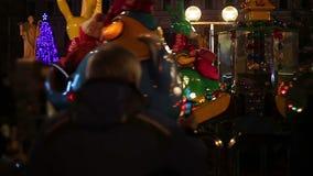 为愉快的孩子照相的爱恋的祖父获得在旋转木马的乐趣 影视素材