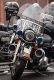 为慈善骑自行车的人乘驾排队的空的警察摩托车 库存照片