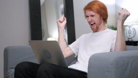 为成功激发的红头发人人,研究膝上型计算机 库存照片