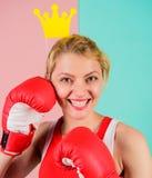 为成功的战斗 VIP健身房 战斗的女王/王后 妇女公主的拳击手套和冠标志 体育的女王/王后 变得最佳 库存照片
