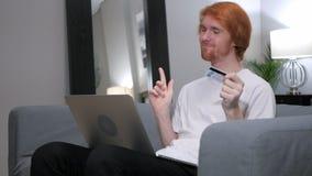 为成功的网上购物激发的红头发人人 免版税库存照片