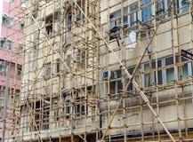 为房地产建筑的脚手架使用的竹子在钢或铁绞刑台位置 库存图片