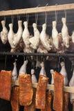 为抽烟准备的肉 在吸烟房的生肉 库存图片