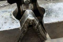 为接合钢缆绳的机械工具 库存图片