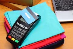 为支付使用有不接触的信用卡的付款终端购买 库存图片
