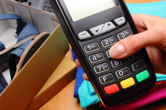 为支付使用付款终端购买在商店 图库摄影