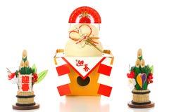 为新年的神被提供的一个大,圆的米糕(日本caracters不是商标,它意味 免版税库存图片