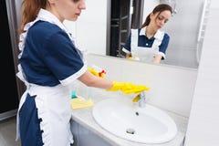 为旅馆卫生间服务的管家 免版税库存照片