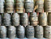 为显示堆积的使用的威士忌酒桶 免版税库存照片