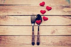 为晚餐情人节制表设置利器和红色心脏 库存图片