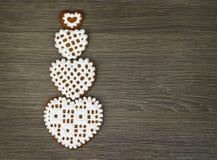 为有的片剂小配件贴墙纸与结冰的心形的曲奇饼在木背景 库存图片