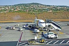 为服务在机场的航空器 免版税库存照片