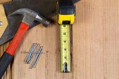 为木木瓦屋顶的家庭修理工具 库存图片