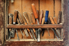 为木雕的工具在架子 免版税库存照片