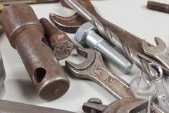 为机械功特写镜头的新和生锈的金属工具 库存照片