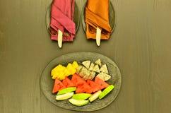 为欢迎客人服务的果子板材 图库摄影